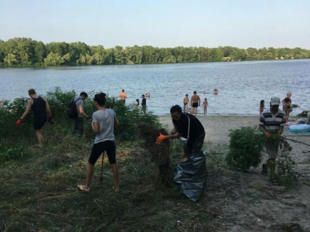 Поєднали корисне з приємним: активісти розпочали прибирати зону відпочинку на Дніпрі